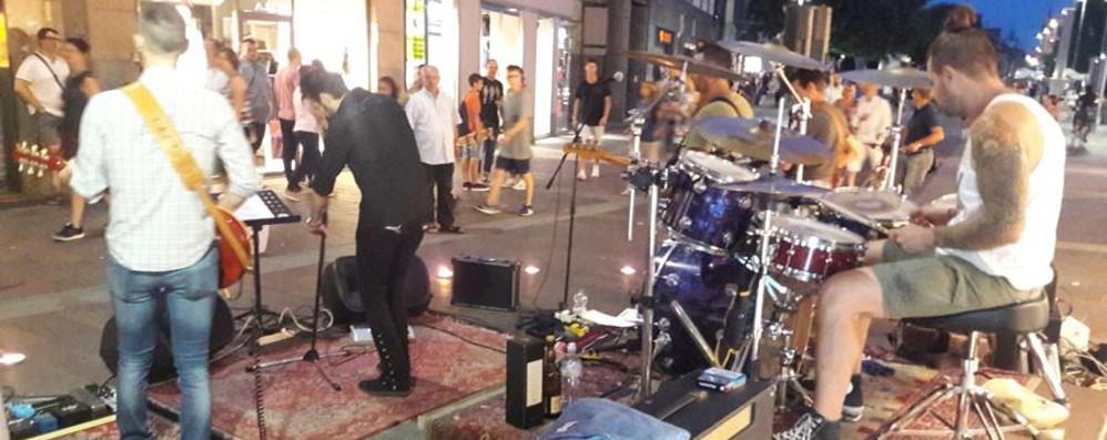 Il grande rock per le vie del centro Dodici band in concerto a Bergamo