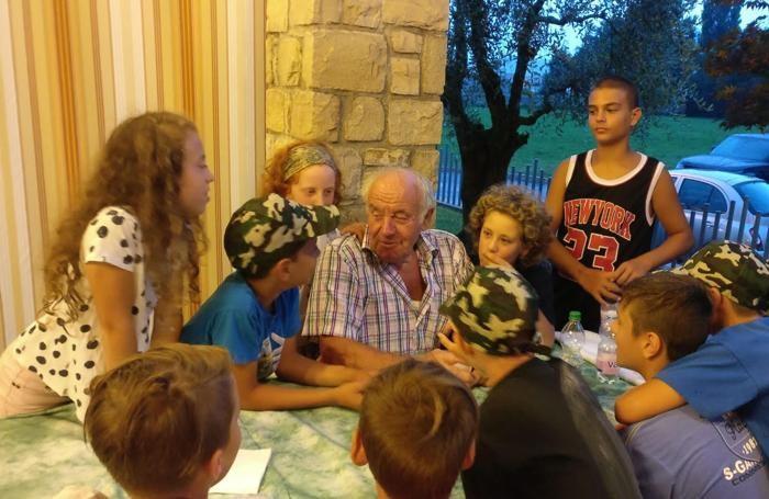 Il nonno alpino Angelo Rota circondato dalle giovani reclute
