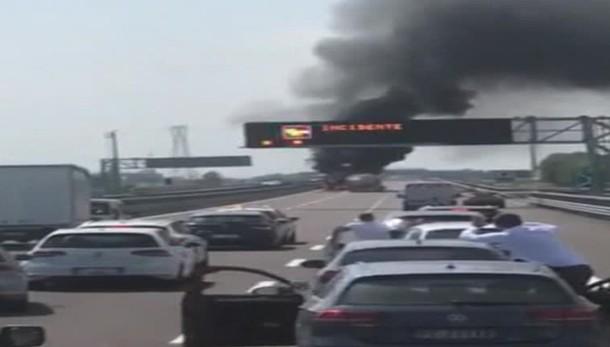 Autobotte si incendia sulla Brebemi