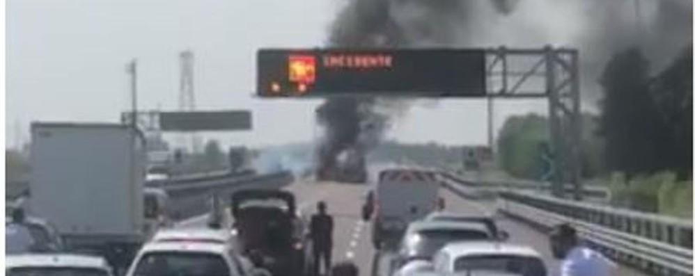 Si incendia e scoppia un'autobotte Grave incidente in Brebemi - Video