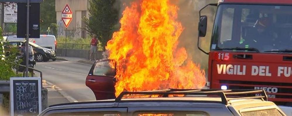 Torre Boldone, un'auto prende fuoco Momenti di paura ma nessun ferito