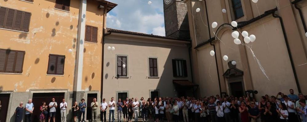 Folla a Endine per l'addio a Marco -Foto Palloncini bianchi si levano in cielo