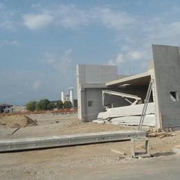Lonato, crolla un lastrone di cemento  Muore geometra 59enne di Romano