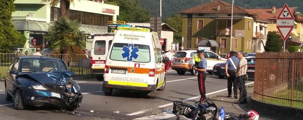 Auto contro moto a Costa Volpino Gravissima una donna al Ponte Barcotto