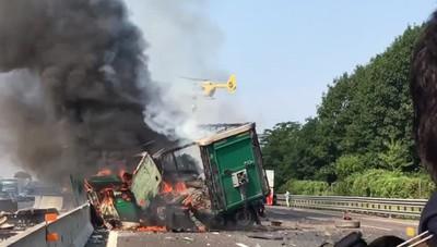 Camion invade corsia e prende fuoco L'arrivo dell'elisoccorso in autostrada