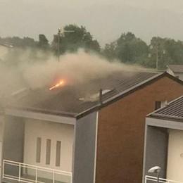 Fulmine colpisce antenna tv Brucia il tetto di una casa a Sorisole