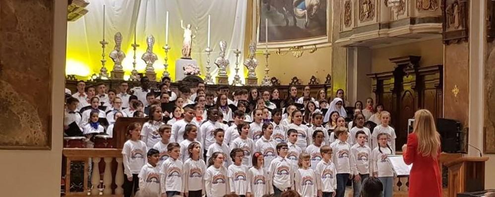 Pochi, ma intonati e integrati: gli allievi di Adrara cantano davanti a Mattarella