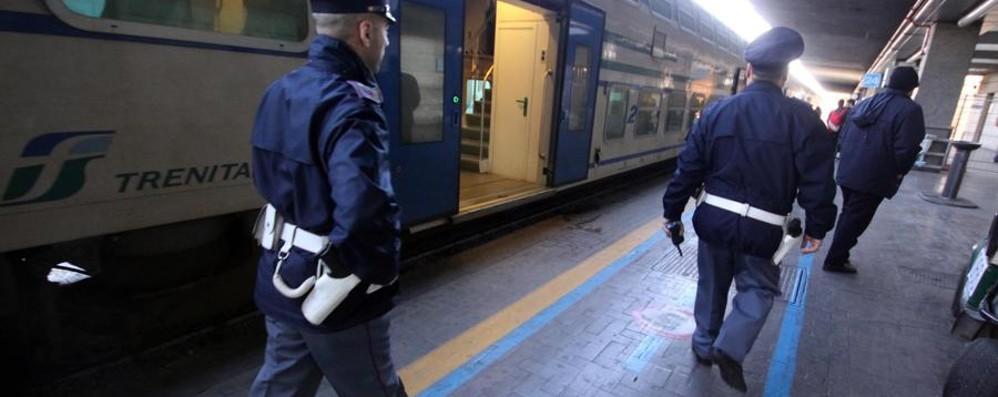Aggredisce a calci e pugni agenti Polfer Treviglio, 20enne arrestato su un treno