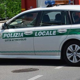 Bimbi di 5 e 7 anni in auto da soli Scatta l'allarme a Treviglio