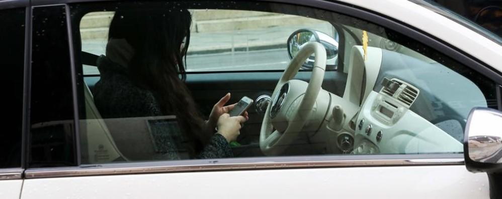 «Serve un inasprimento delle sanzioni» Cellulare al volante?Arriva il ritiro patente