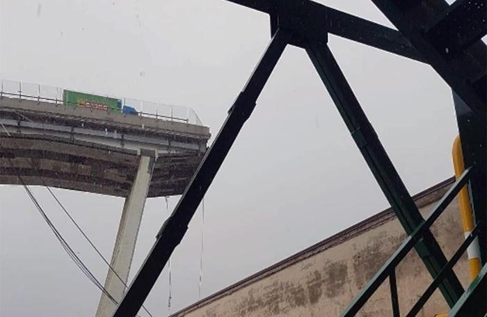 Un fermo immagine tratto da un video della Polizia di Stato sul ponte crollato a Genova
