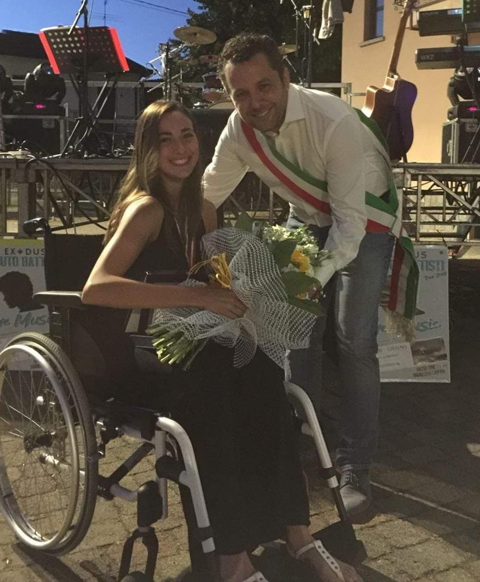 Giulia Terzi, nuotatrice, premiata dal sindaco Gabriele Riva