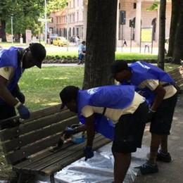 Richiedenti asilo sistemano le panchine Rimessa a nuovo per centinaia di sedute