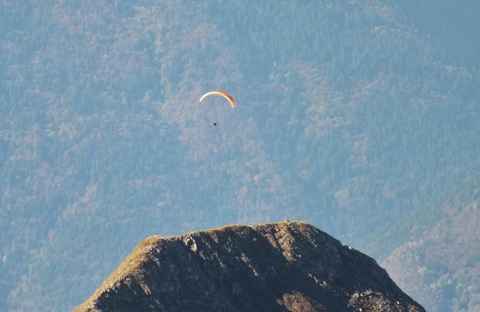 Un parapendio in volo