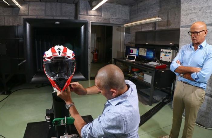 Antonio Locatelli (a destra) nella galleria del vento, mentre un collaboratore posiziona un casco per un test. Nell'edizione cartacea del 15 agosto è stata attribuito uno scatto fotografico  errato ad Antonio Locatelli