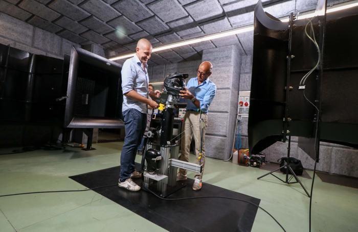 Antonio Locatelli (a destra) con un collaboratore mentre testano un casco nella galleria del vento