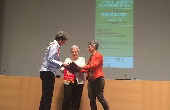 La consegna del gagliardetto del Comune di Bergamo a Rita Borsellino