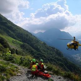 Cade sul sentiero del Curò Le foto dell'operazione di soccorso
