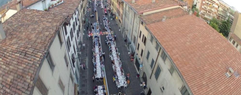 Santa Caterina, tavolata nel borgo E domani sera i fuochi d'artificio