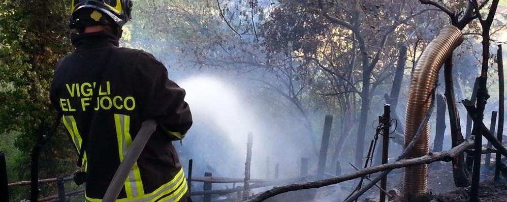 Un incendio boschivo a Ferragosto distrugge le casette del presepio vivente
