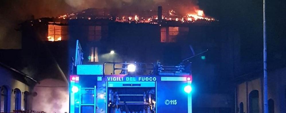 Bruciano pneumatici, palazzo distrutto A Romano otto famiglie senza casa