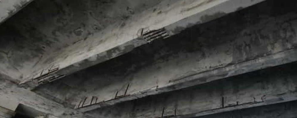 Distacchi dal ponte della ferrovia Chiuso viale Fulvio Testi a Milano