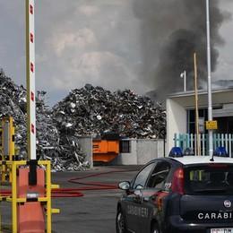 Fumo nero: bruciano carta, legno e ferro Rogo a Osio, la gente aiuta i pompieri