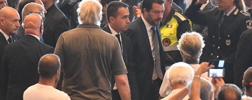 Genova, insulti e fischi ai vecchi politici Ovazioni per Salvini e Di Maio