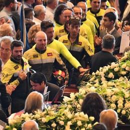 Il tributo di Genova ai Vigili del fuoco I bergamaschi: grazie, ma non siamo eroi