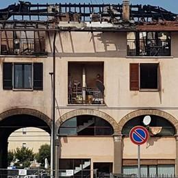 L'incendio a Romano, la pista del dolo Al condominio danni per 800 mila euro