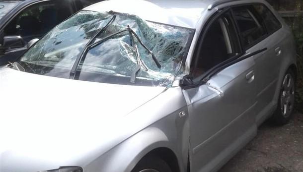 Grosso masso cade sulla via Mala Paura ad Azzone: colpite tre auto
