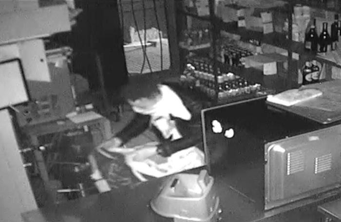 Un fotogramma tratto dalle telecamere che hanno ripreso il furto al Rondò Caffè di Curnasco