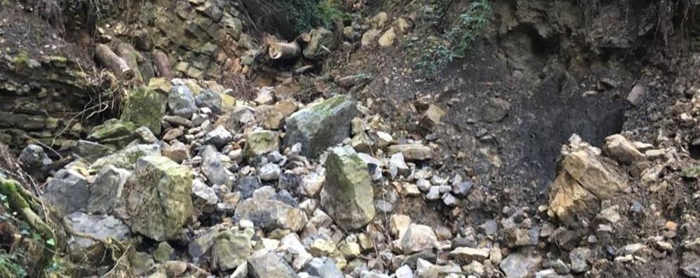 Masso di tre metri cubi in Val Serina Strada ancora chiusa - Foto