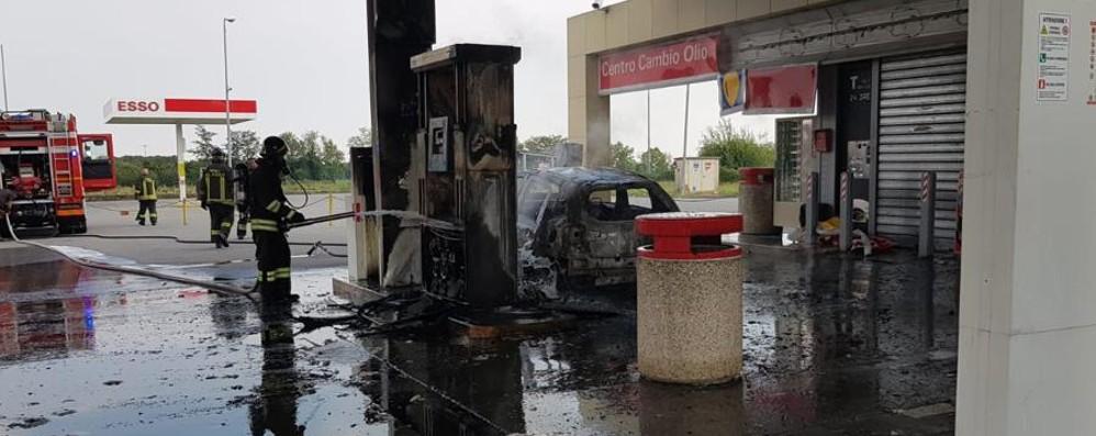 Incendio in un distributore sull'Asse In fiamme auto e pompa di benzina