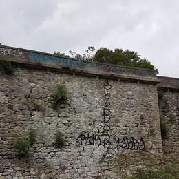 Lenna, writers? No, vandali - Foto Imbrattato lo storico ponte della ferrovia
