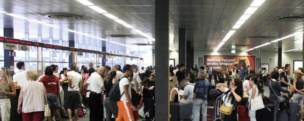 Ritardi per Lampedusa e Lanzarote A Orio viaggiatori in attesa per oltre 6 ore