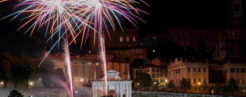 Fuochi d'artificio salutano la festa - Video  Sant'Alessandro, tutti con il naso all'insù