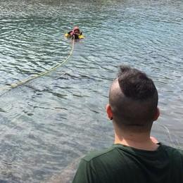 Cerca di aiutare il cane caduto nel canale Uomo in acqua, pompieri salvano entrambi