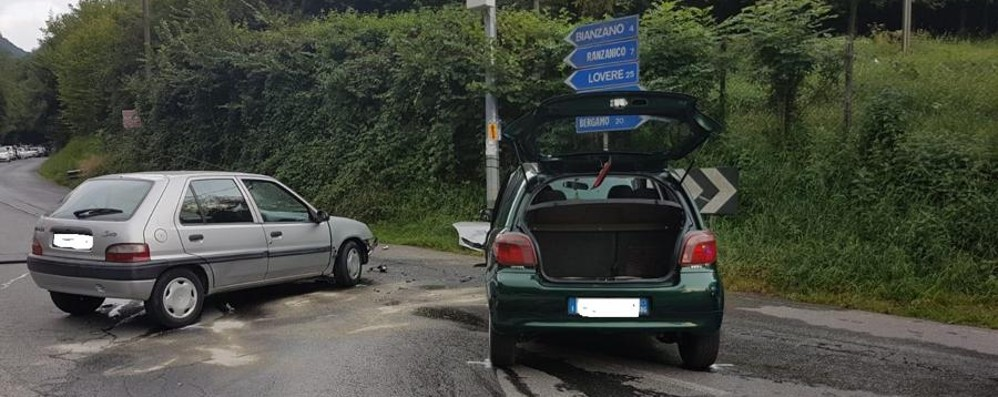 Incidente a Bianzano, auto in fiamme Due feriti, intervengono i vigili del fuoco