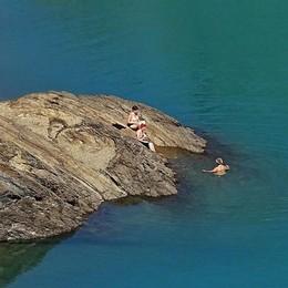 Caldo torrido anche in alta quota  Barbellino, c'è chi fa il bagno a 2000 metri