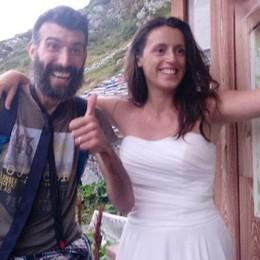 Con vestito da sposa e scarponcini Dopo le nozze la «fuga» in rifugio