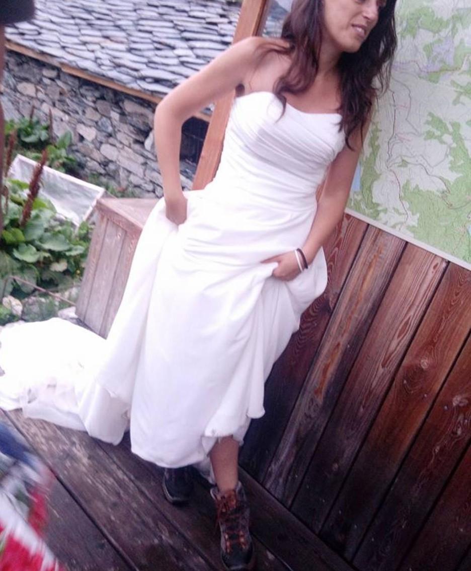 Roberta con vestito da sposa e scarponi