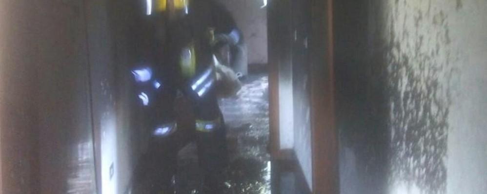 Il condizionatore va in cortocircuito Casa in fiamme, due persone in ospedale