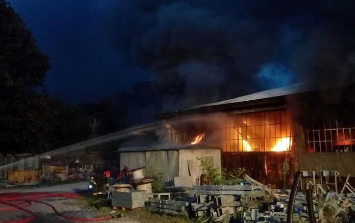 Rogo distrugge magazzino edile A Cenate danni ingenti- Le foto
