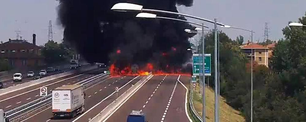 Tir esplode a Bologna: un morto e 68 feriti Da Bergamo 3 squadre dei vigili del fuoco
