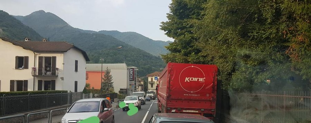 Camion in panne, traffico in tilt Ancora code in Valle Brembana