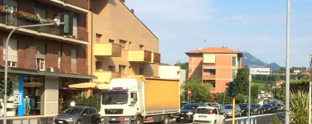 Pontesecco, in agosto birilli in vacanza «Un errore: traffico lumaca verso la città»