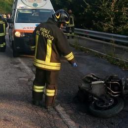 Cade dalla moto che si incendia Costa Serina, muore 59enne di Zogno