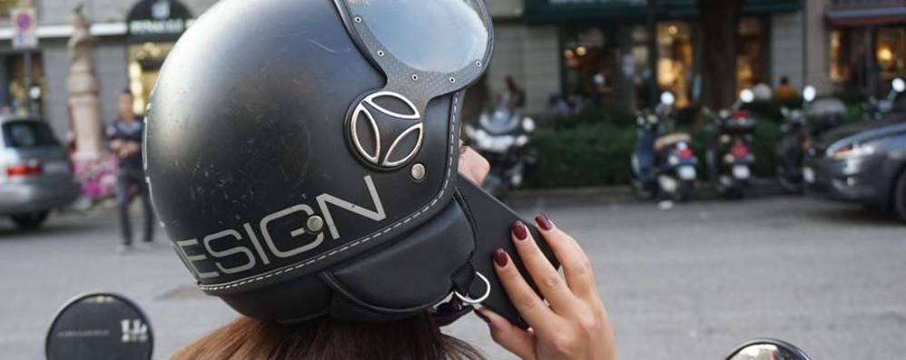 Cellulare e cuffie in motorino A Bergamo quasi trecento multe