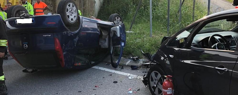 Zanica, auto si ribalta sul rondò Feriti due automobilisti di 57 e 74 anni